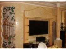Интерьер гостиной с мозаичным панно и отделкой стен штукатуркой под мрамор