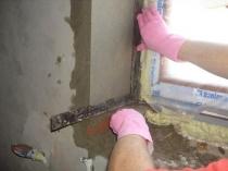Процесс отделки оконного откоса цементной штукатуркой