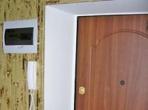 Отделка широкого откоса входной двери штукатуркой