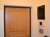 Отделка штукатуркой стен и дверного откоса в коридоре