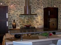Отделка стен кухонного помещения штукатуркой под камень