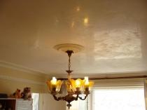 Отделка потолка комнаты декоративной штукатуркой