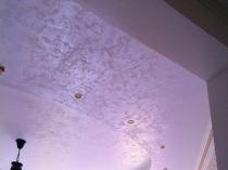 Потолок из гипсокартона с отделкой штукатуркой