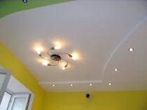 Белая штукатурка в отделке двухуровневого потолка