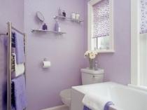 Небольшая ванная комната с декорированными штукатуркой стенами