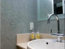 Влагостойкая текстурная штукатурка в отделке ванной