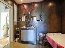 Глянцевая венецианская штукатурка коричневого цвета в ванной