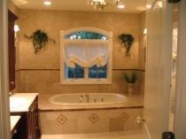 Сочетание венецианской штукатурки и плитки бежевого цвета в отделке ванной