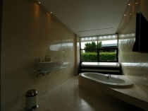 Плитка и штукатурка в интерьере ванной