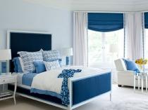 Синие шторы и отделка мебели в спальне