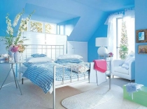 Ярко-голубая однотонная отделка стен спальни