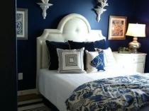 Классическая спальня с темно-синей отделкой стен