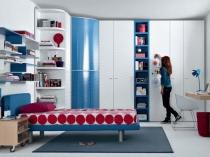 Встроенный шкаф и навесные полки в спальне девочки