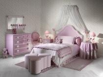 Нежно розовая мебель и текстиль в спальне для девочки