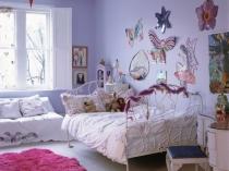 Белая кованая кровать в светлой спальне девочки