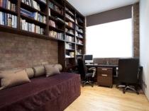 Расположение рабочей зоны у окна спальни кабинета