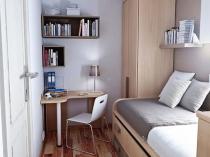 Небольшой угловой рабочий стол в узкой спальне кабинете