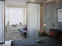 Раздвижные перегородки в зонировании спальни кабинета