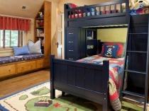Двухярусная шкаф-кровать в спальне для мальчиков