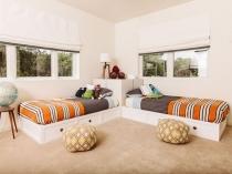 Светлая и хорошо освещенная спальня для мальчиков