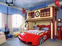 Кровать в виде гоночной машины в спальне мальчика