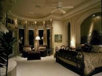 Спальня с эркером в классическом стиле для загородного дома