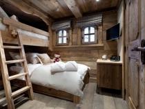 Дизайн спальни в рустикальном стиле в деревянном доме