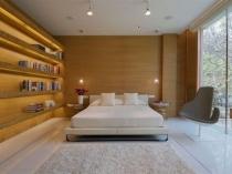 Минималистический дизайн спальни в загородном доме с панорамным остеклением