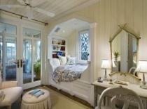 Бежевая спальня с обшивкой деревянной вагонкой в частном доме