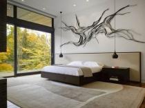 Просторная спальня с высокими потолками в загородном доме