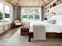 Спальня с большими окнами в одноэтажном загородном доме