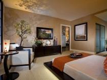 Низкая кровать на поддоне в спальне японского стиля