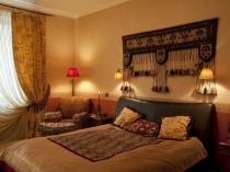 Текстиль с орнаментом в декоре восточной спальни
