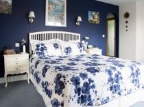 Сине-белая цветовая гамма спальни в стиле прованс