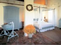 Отделка камнем пола спальни в средиземноморском стиле