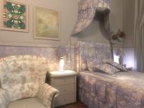 Мини-балдахин цветочной расцветки в спальне