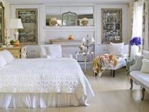 Шкафы с витражами в спальне прованс