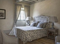 Паркет и деревянный потолок в спальне
