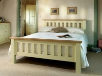 Простая обстановка спальни в деревенском стиле