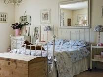 Кованая кровать в спальне прованс
