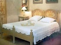 Деревянная резная мебель в спальне