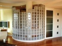 Полукруглая перегородка из стеклоблоков в гостиной