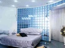 Стена из стеклянных блоков в интерьере спальни