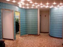 Фигурные стены из прямоугольных непрозрачных стеклоблоков