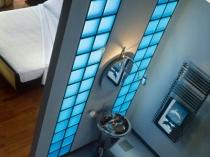 Вставки из стеклоблоков с подсветкой в ванной комнате