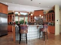 Барная стойка из стеклоблоков в интерьере кухни