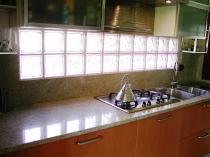 Фартук из стеклоблоков с подсветкой на кухне