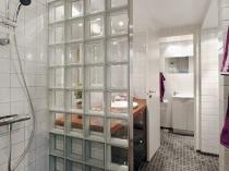Перегородка из прозрачных стеклоблоков в ванной