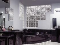 Прозрачные стеклоблоки в черно-белой ванной комнате