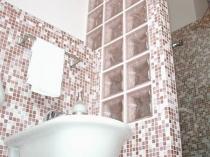 Сочетание стеклоблоков и мозаики в туалетной комнате